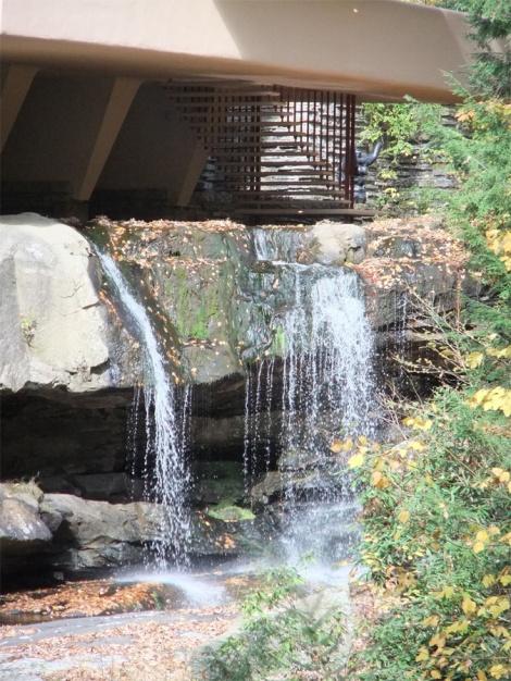 Escalera que comunica la sala de estar con la cascada.