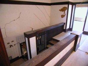 Grietas en muros de la escalera.