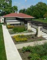 Cocheras, pérgola y jardín trasero